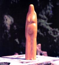 nede_ beelden hout_ houten beeld van lang mensfiguur
